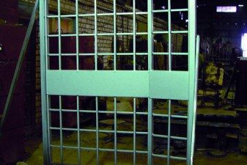 Дверь решетчатая металлическая