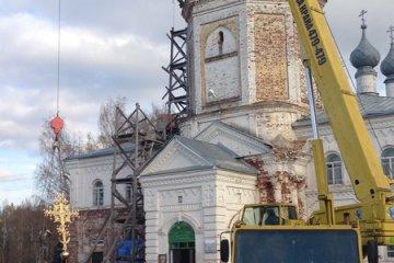 Поднятие и установка креста на храм